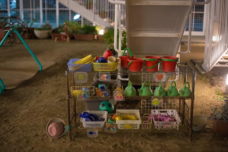 【写真】外の砂場に置かれている砂遊びのおもちゃ