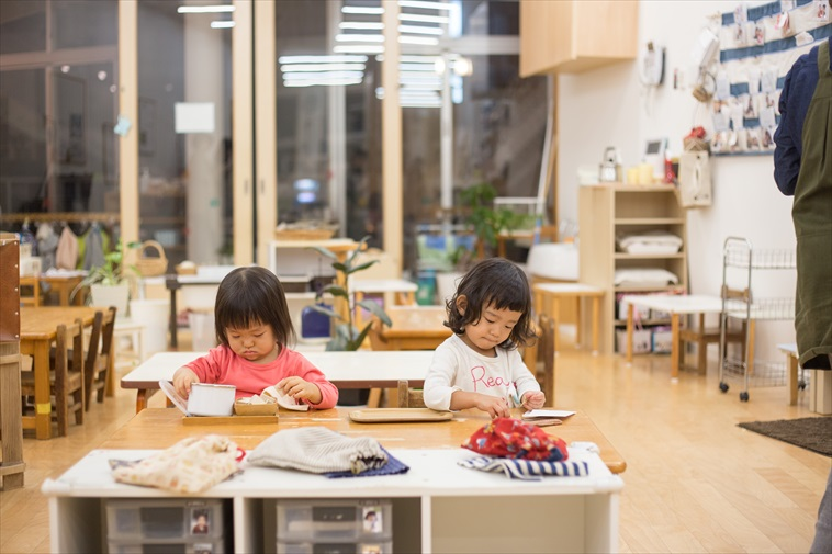【写真】真っ直ぐな表情でお絵かきに集中する子どもたち