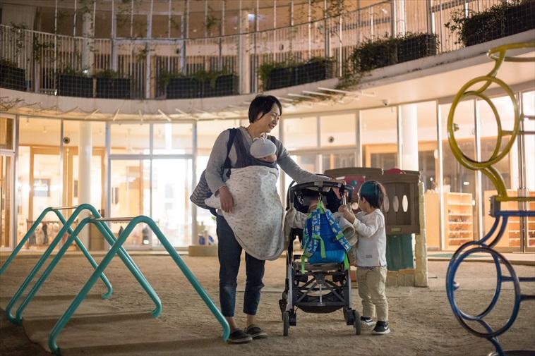 【写真】夕方にお迎えにきたお母さんのもとへ駆け寄る子ども