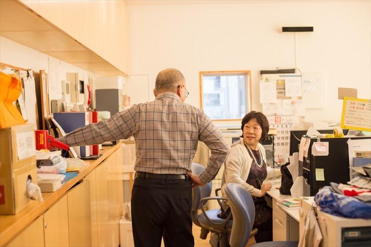 【写真】職員室で談笑をするあまひささんときどさん
