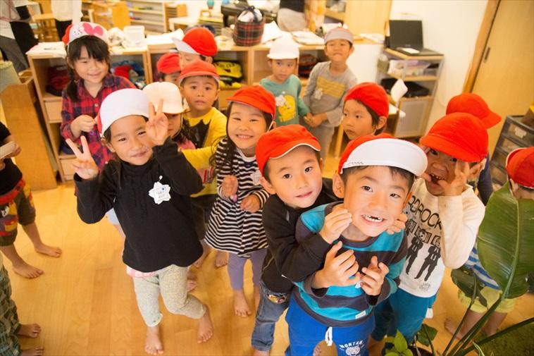【写真】カメラに向かって笑顔でピースをする大勢の子どもたち