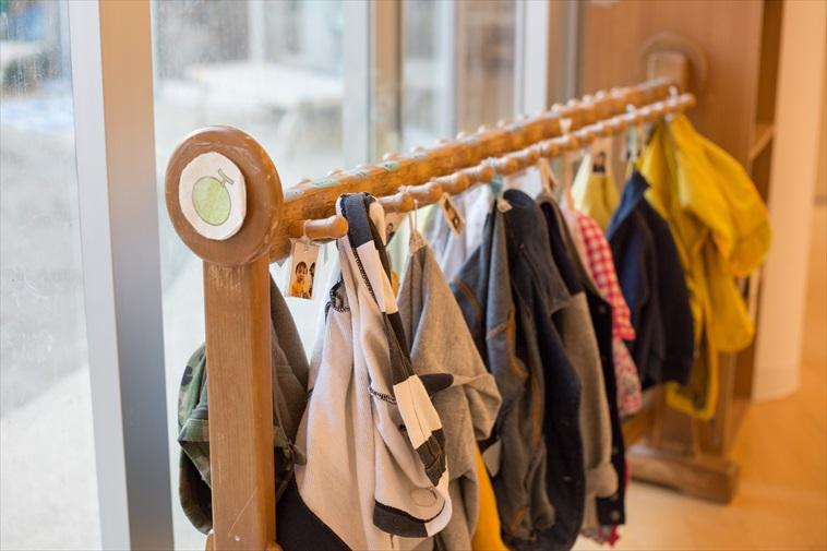 【写真】保育園の棚にかかっている子どもたちの洋服
