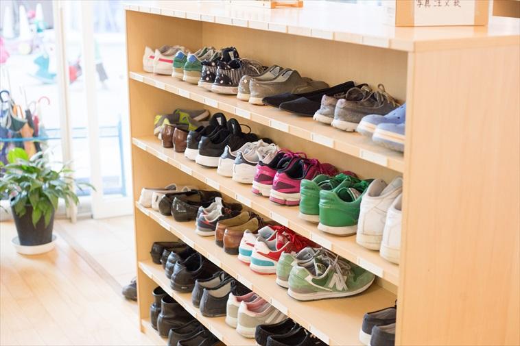 【写真】たくさんの子どもたちの靴が整理整頓されているくつばこ