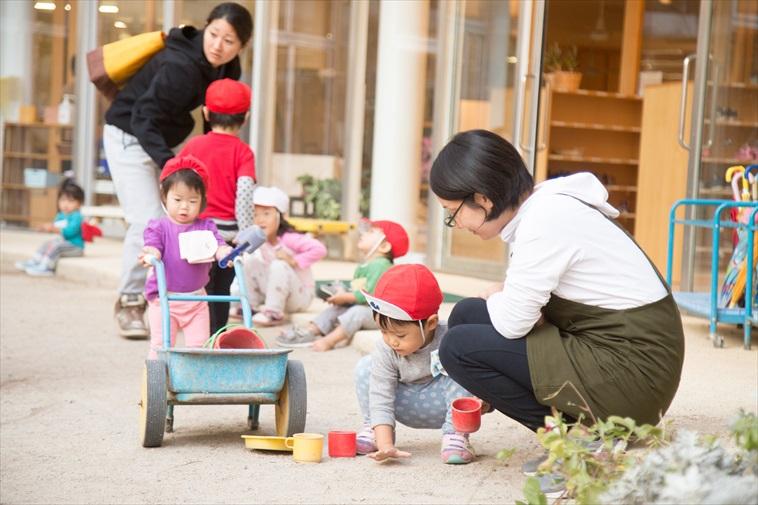 【写真】外遊びに夢中になる子どもを笑顔で見守る先生