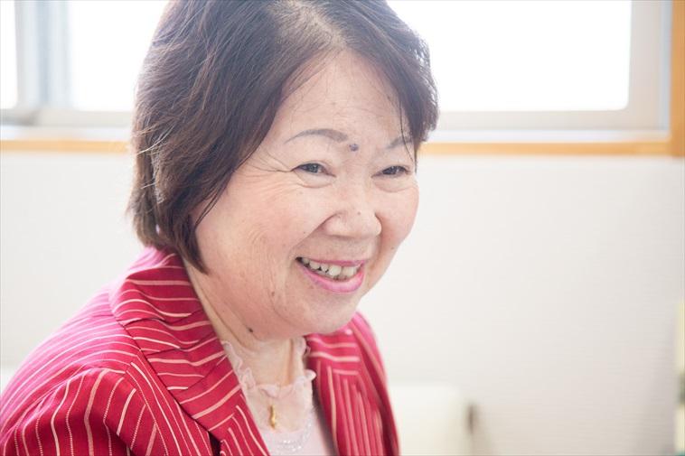 【写真】微笑んでインタビューに応えるたじりゆきこさん