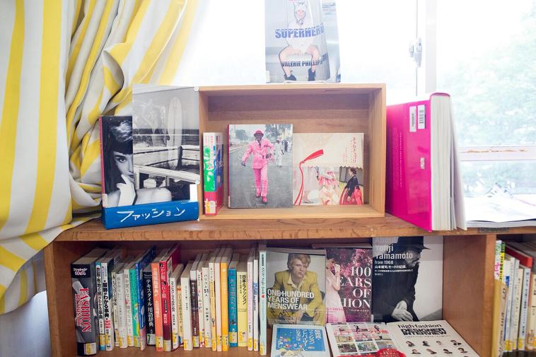 【写真】ハイブランドのファッション本や洋書など含む、様々なファッションに関する本が並ぶ