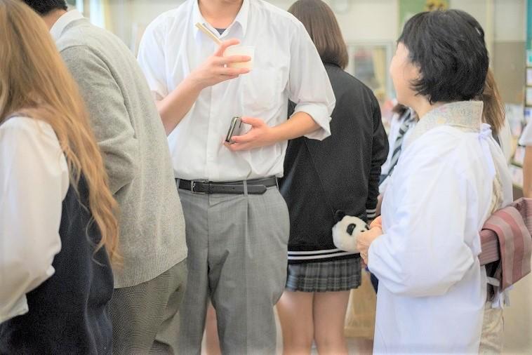 【写真】生徒はボランティアさんと気軽に話している