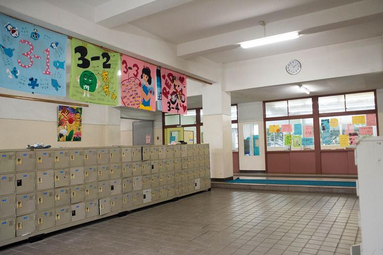 【写真】校舎の下駄箱にはクラス名やキャラクターのイラストが書かれた模造紙が飾られていて、賑やかな雰囲気
