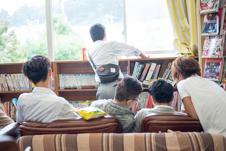 【写真】図書館内のソファに座る生徒、友人と喋る生徒、一人で外を見つめる生徒などそれぞれが自由に過ごしている