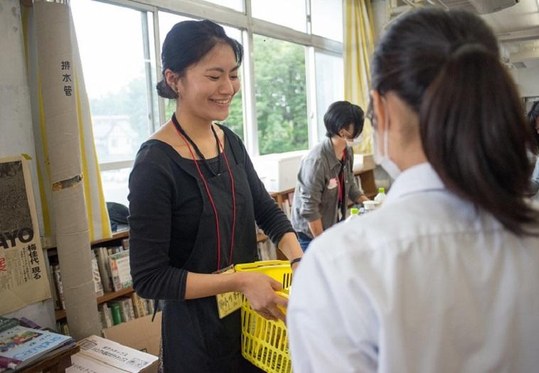 【写真】笑顔で生徒と接するおがわあんずさん