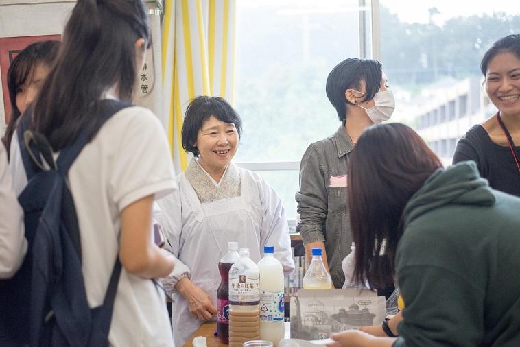 【写真】自然体な表情で生徒と話をするボランティアさん