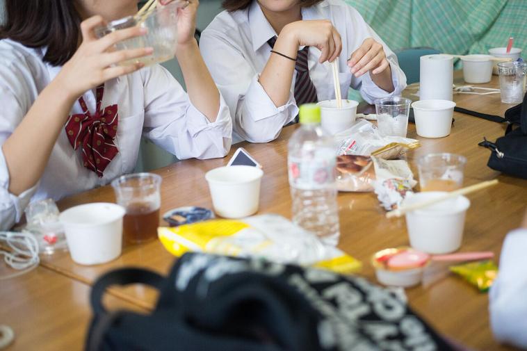 【写真】お茶屋スープ、おやつなどを友人とおしゃべりしながら食べる生徒たち