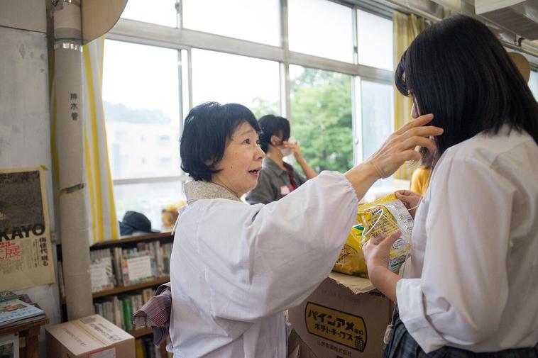 【写真】常連のボランティアさんが自然に生徒と触れ合っている