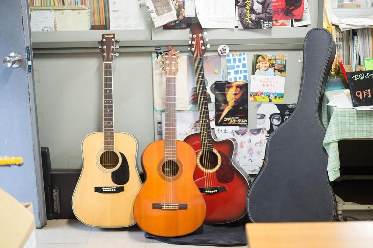 【写真】図書館には何本ものギターが置いてある。壁には映画のチラシなども貼られている