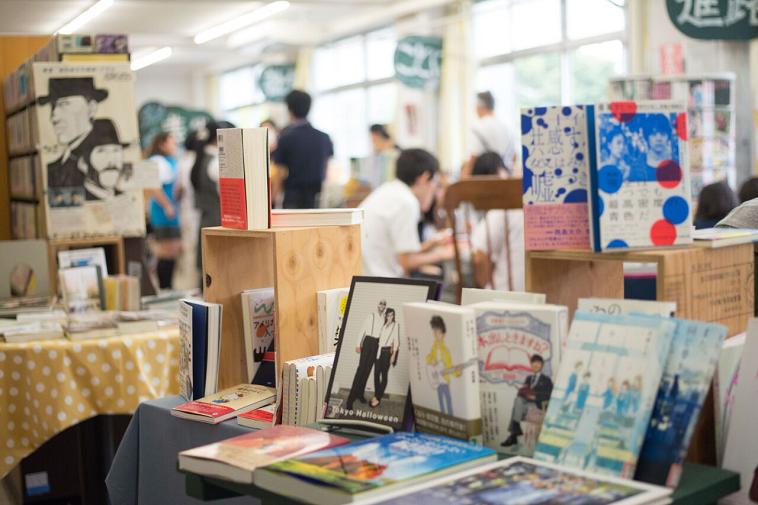 【写真】本がたくさん並ぶ図書館に、たくさんの生徒が訪れている様子