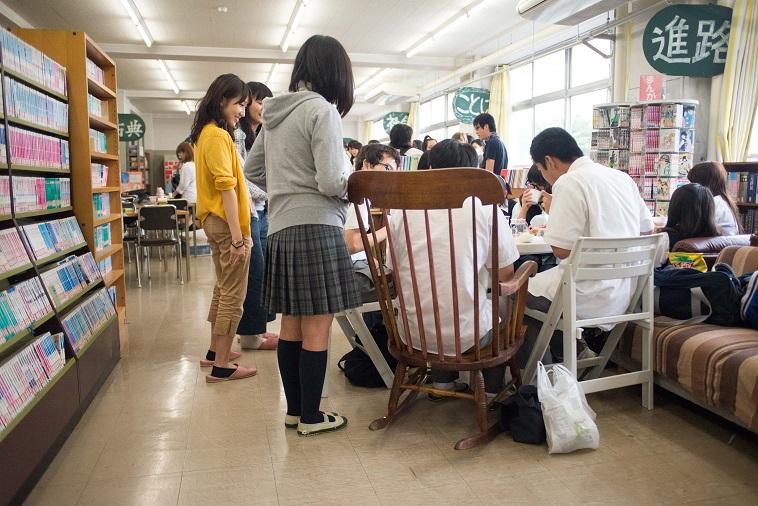 【写真】図書館に生徒がたくさん集まって椅子に座って話している