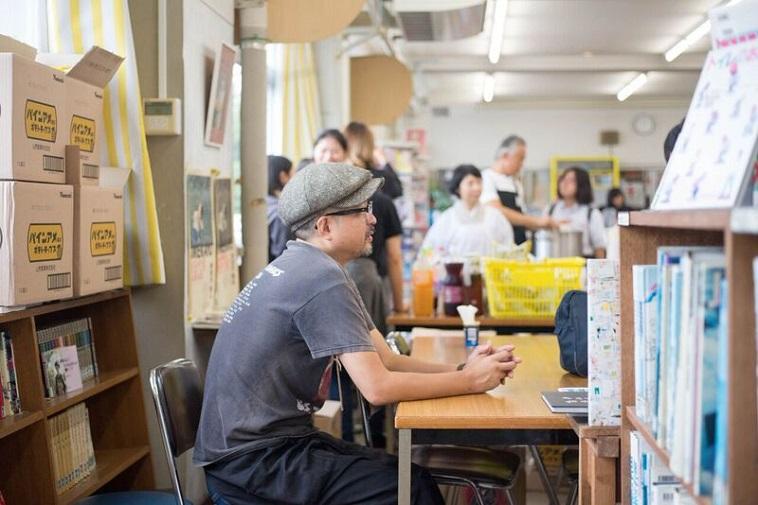 【写真】椅子に座って生徒と向かいはって話すいしいまさひろさん