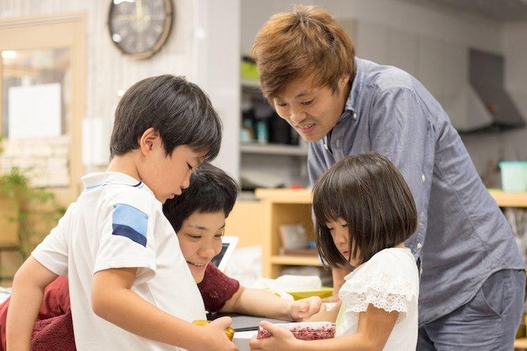 【写真】しゅとうさんと妻のみゆきさんとふたりのお子さんが仲良く話している様子