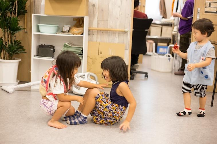 【写真】はじける笑顔で遊ぶ子どもたち