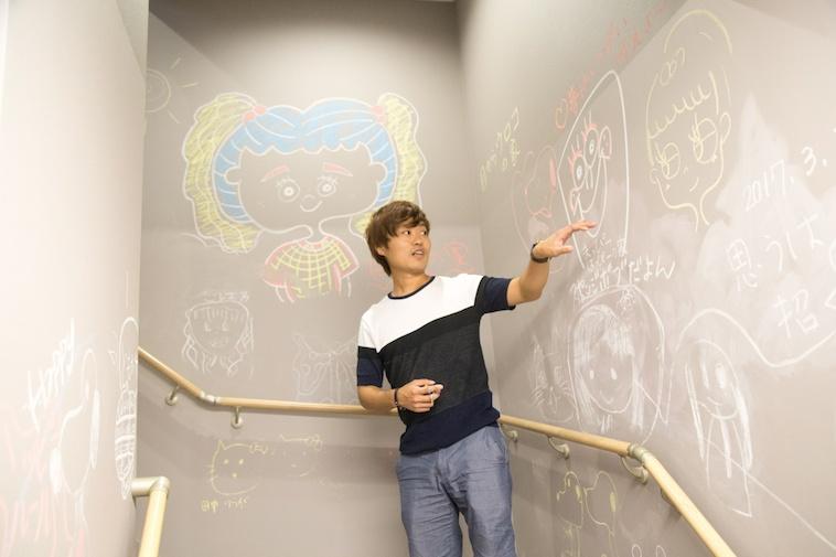 【写真】階段の壁の黒板には動物やアニメキャラクターの絵が書かれています