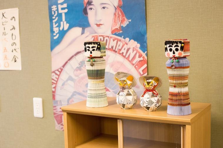 【写真】はっぴーのいえろっけんの廊下に飾られている手作りの人形