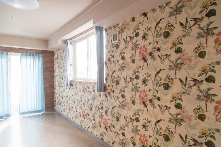 【写真】花柄の壁紙が貼られている部屋