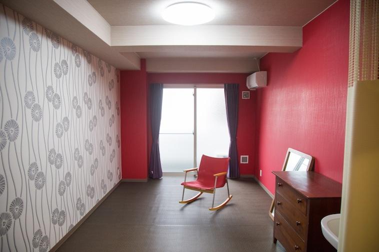 【写真】和柄の壁紙が貼られている部屋