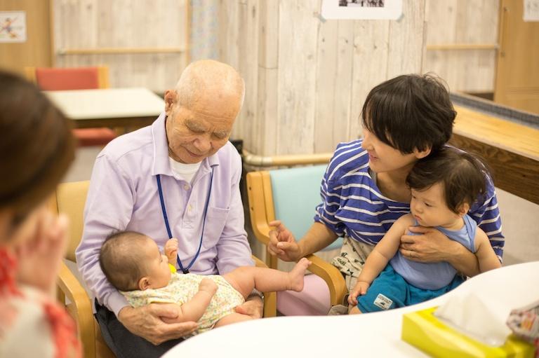 【写真】笑顔であかちゃんを抱っこするおじいちゃん