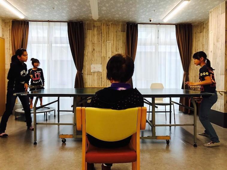 【写真】卓球をする子どもたちと審判をするおばあちゃん