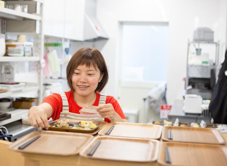 【写真】夕食の準備をするよこうちさん