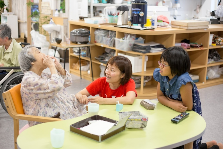 【写真】おばあちゃんの話をきく子どもとよこうちさん