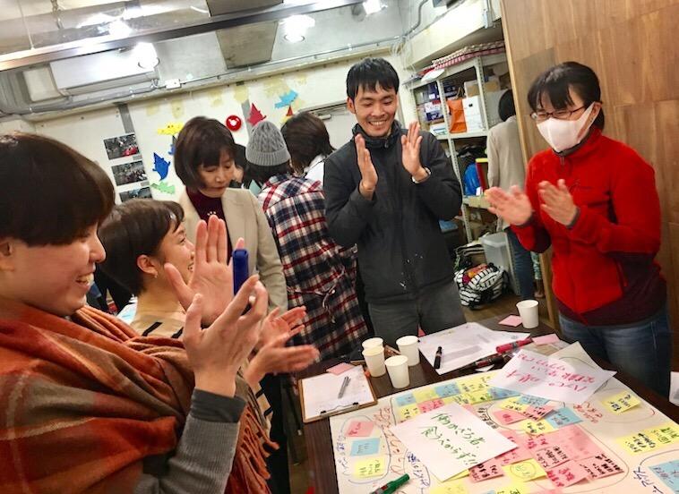 【写真】ひとつの机を囲みワークショップをおこなう5人の様子