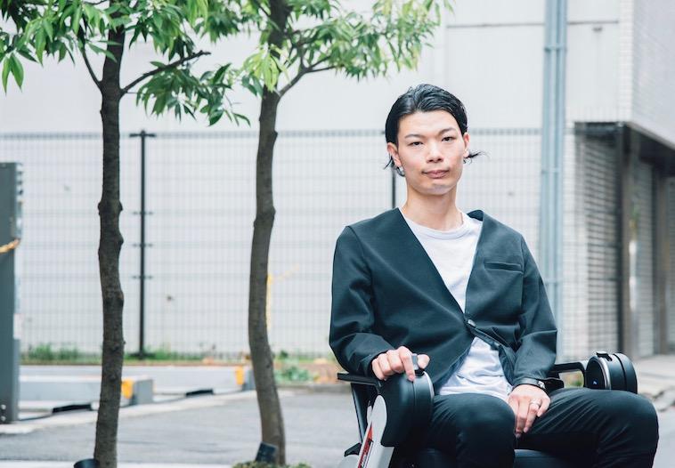 【写真】街頭で車椅子に座るむとうまさたねさん
