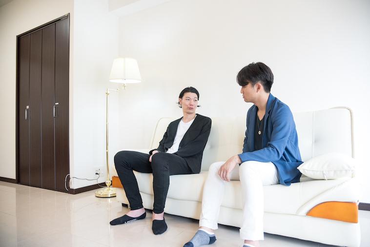 【写真】ソファーに座ってインタビューに応えるむとうまさたねさんとライターのすずきゆうへい