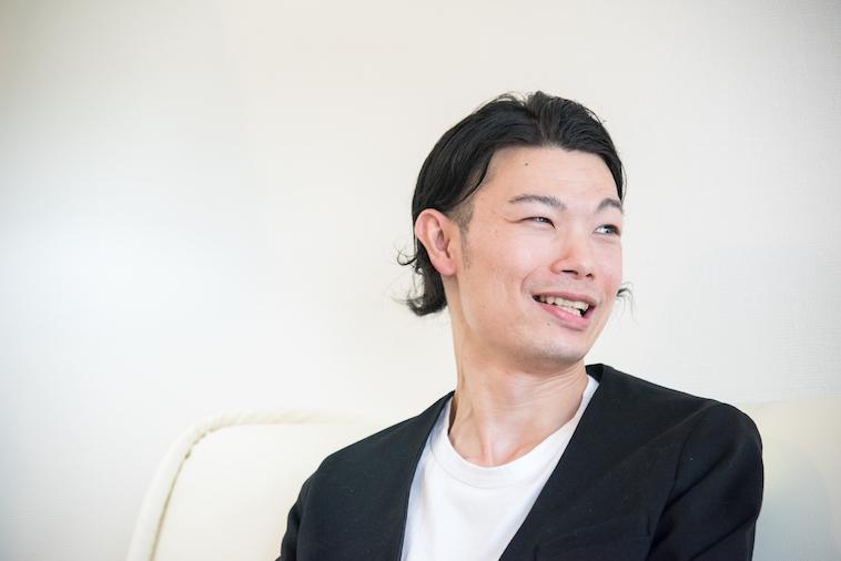 【写真】笑顔でインタビューに応えるむとうまさたねさん