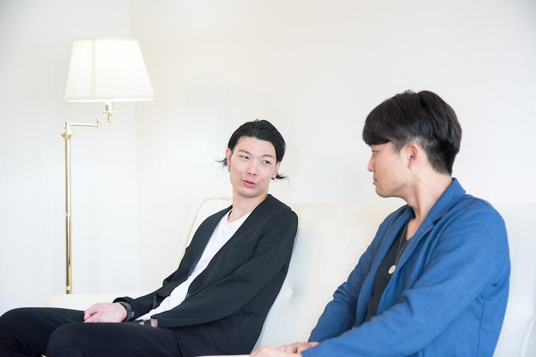 【写真】真剣にインタビューに応えるむとうまさたねさんとライターのすずきゆうへい