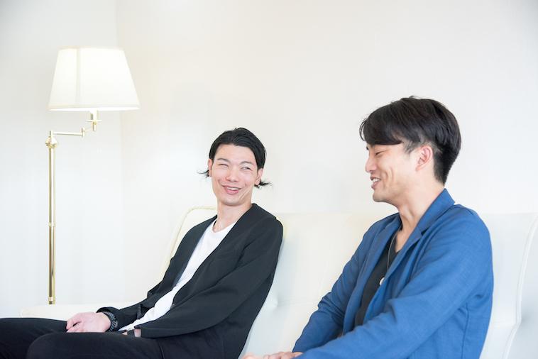 【写真】笑顔でインタビューに応えるむとうまさたねさんとライターのすずきゆうへい