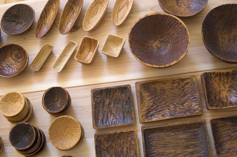 【写真】木で作られた器や小物が並ぶ。どの作品も温もりが伝わってくる。