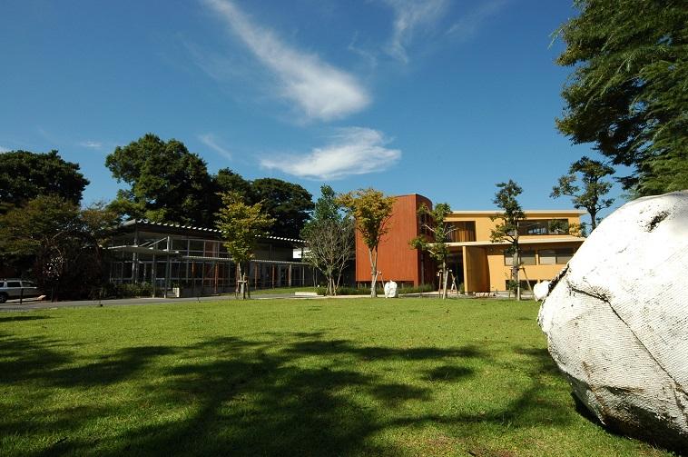 【写真】しょうぶ学園の外観。木々に囲まれて、穏やかな空気が流れている。