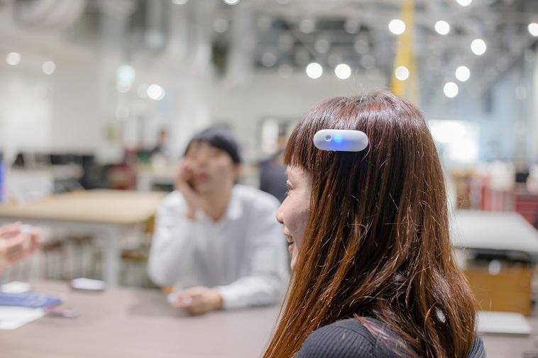 【写真】オンテナを髪の毛につけているくどうみずほ