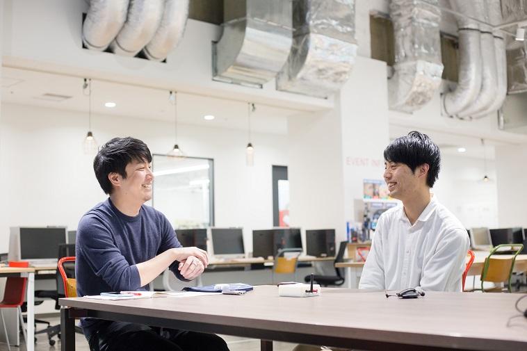 【写真】笑顔でインタビューに答えるあだちさんとライターのいがらしだいさん