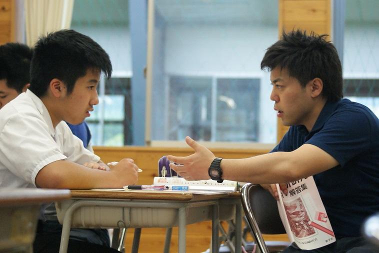 【写真】高校生と真剣に話をするカタリバスタッフ