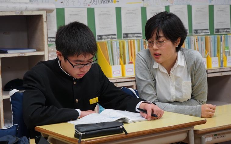 【写真】学校机で勉強する中学生と見守るスタッフ