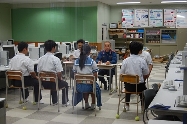 【写真】消防士の職場体験で、職員から説明を聞く4名の中学生