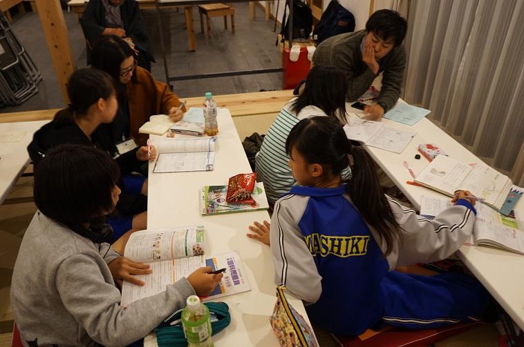 【写真】仮設住宅の集会所ではたくさんの子どもたちが勉強をしている。