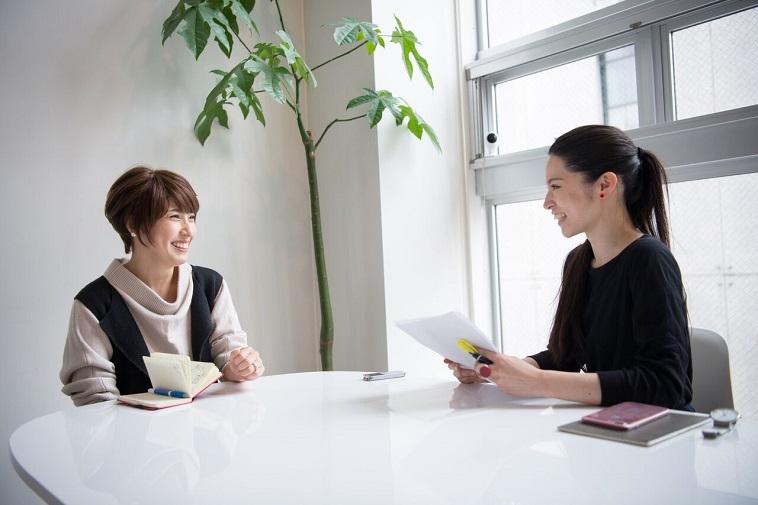 【写真】笑顔でインタビューに答えるつちやみつこさんとライターのにしぶまりえさん