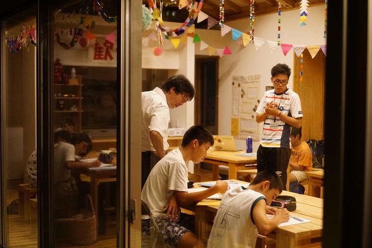 【写真】夜遅くまで、さまざまな年齢の子どもが勉強し、大人たちが見守っている。