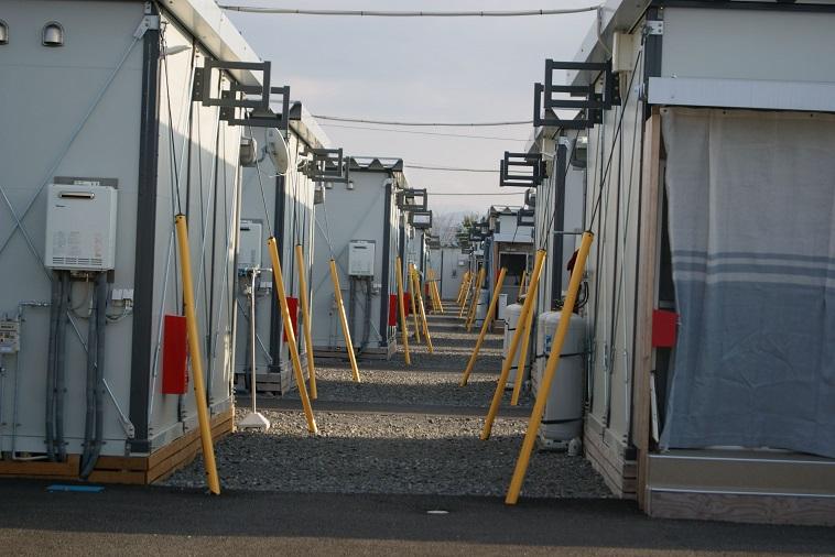 【写真】ましき町内の仮設住宅の様子。同じかたちのプレハブが整然と並んでいる。