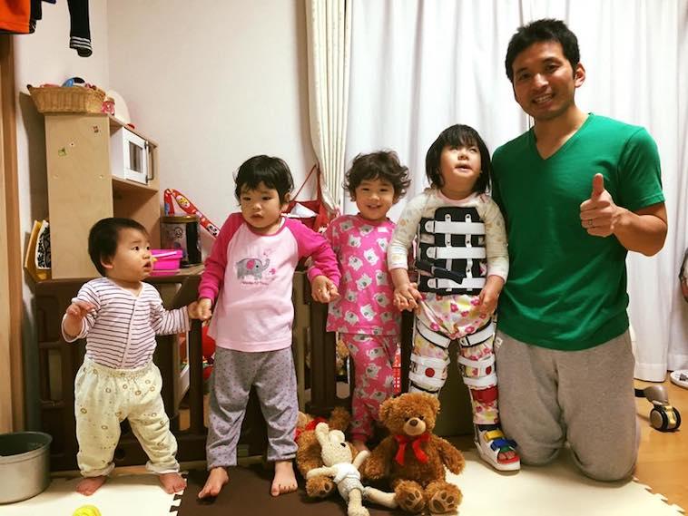 【写真】4人の子どもたちと手をつないで並ぶきしもとたいちさん