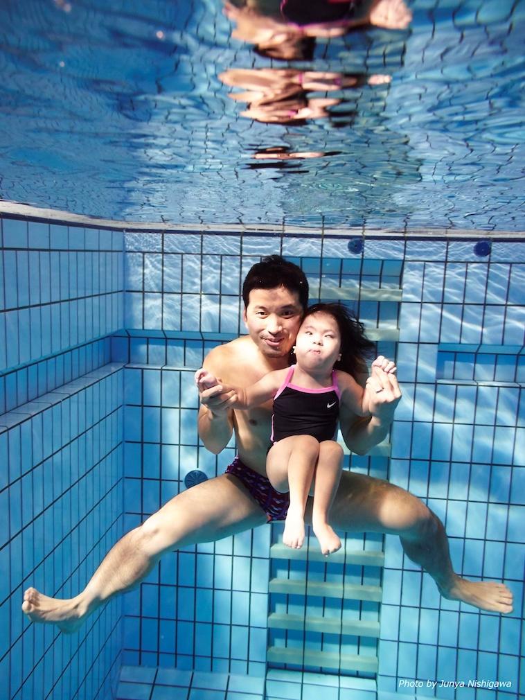 【写真】プールの水中でポーズをとるきしもとたいちさんとみさきちゃん